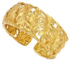 18-karat gold cuff bracelet by Buccellati decorated with textured oak leaves.